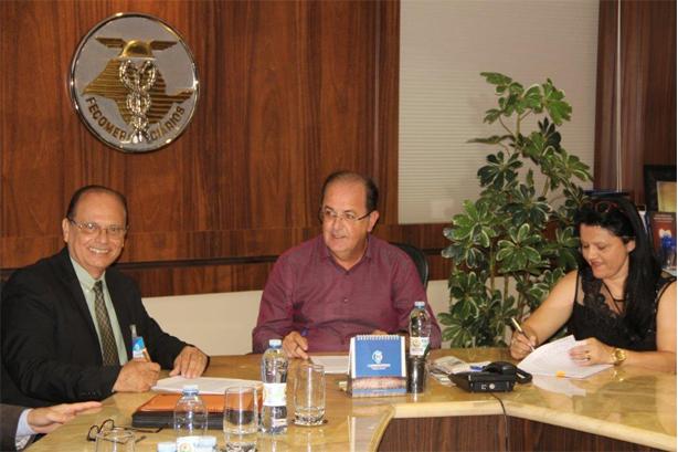 Os presidentes Renato Zacarias dos Santos (Sincovvale), Luiz Carlos Motta (Fecomerciários) e Rosemeire Lara dos Santos Novaes (Sincomerciários) assinaram a Convenção Coletiva do Trabalho